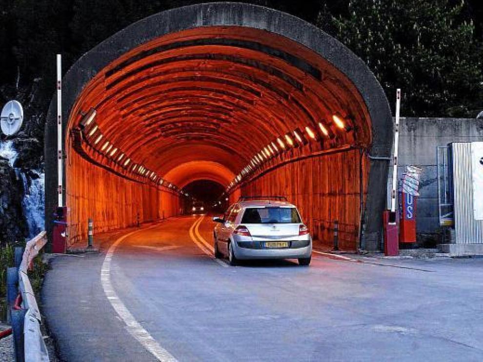 Un coche accede al túnel por la boca española tras abrirse al tráfico al acabar la primera fase de obras.