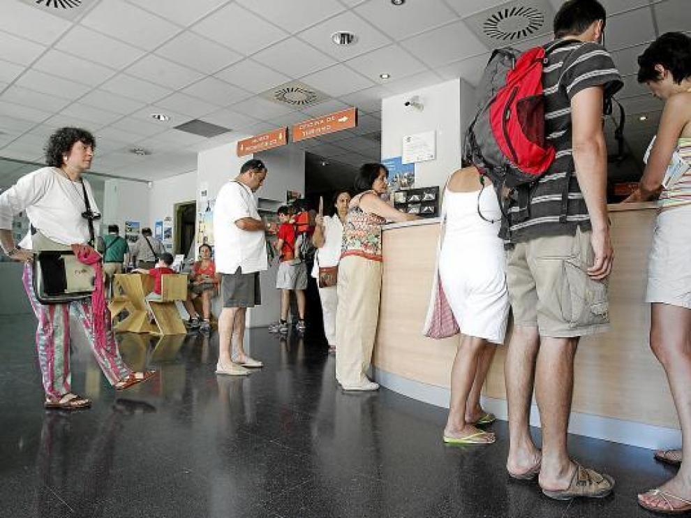 Varios visitantes esperaban ayer en la oficina de turismo de Huesca.