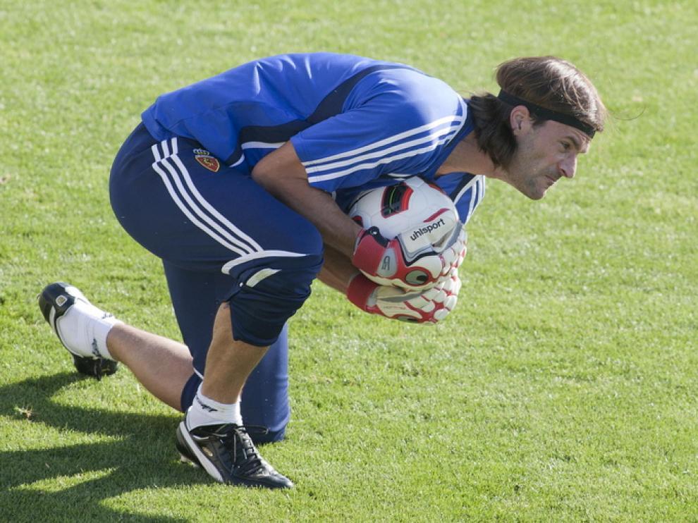 Leo Franco controla el balón con las manos durante un entrenamiento.
