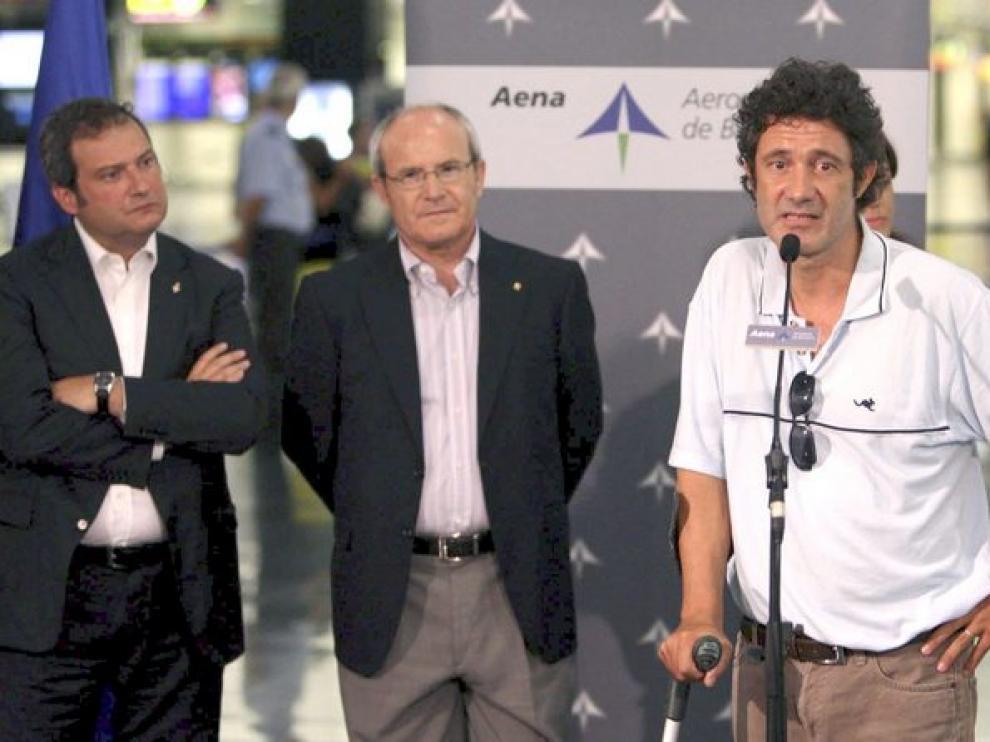 Vilalta se dirige a los medios a su llegada a El Prat, junto al alcalde de Barcelona, el presidente de la Generalitat y su compañero de cautiverio, Roque Pascual