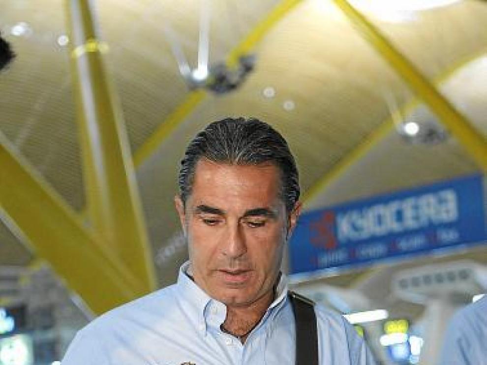 Scariolo, el seleccionador español, en el aeropuerto de Barajas.