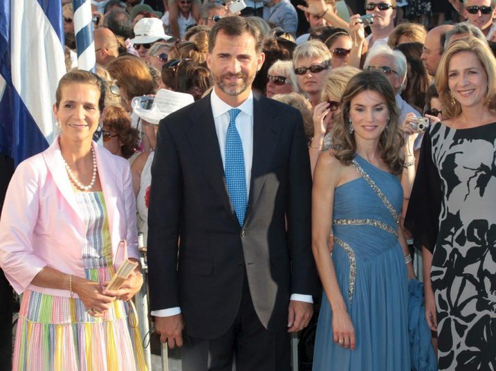 El príncipe Felipe y su esposa posan junto a la Infanta Elena y a la Infanta Cristina