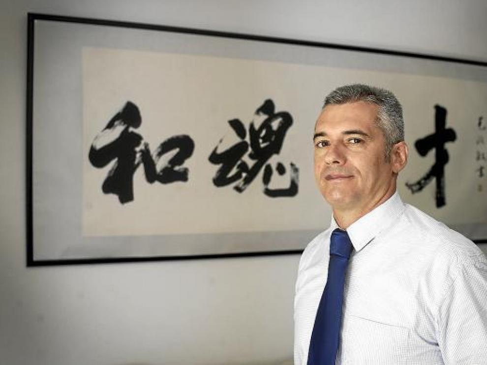 El abogado y profesor Francisco Barberán, junto a un cuadro de letras japonesas.