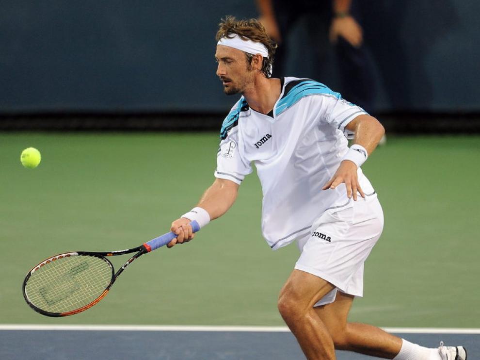 Juan Carlos Ferrero golpea la bola durante el encuentro ante Mello.