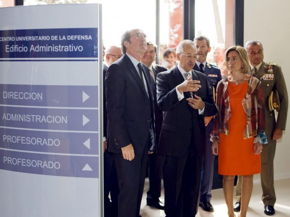 La ministra de Defensa y el ministro de Educación, junto al director general de Enseñanza Superior del Gobierno de Aragón