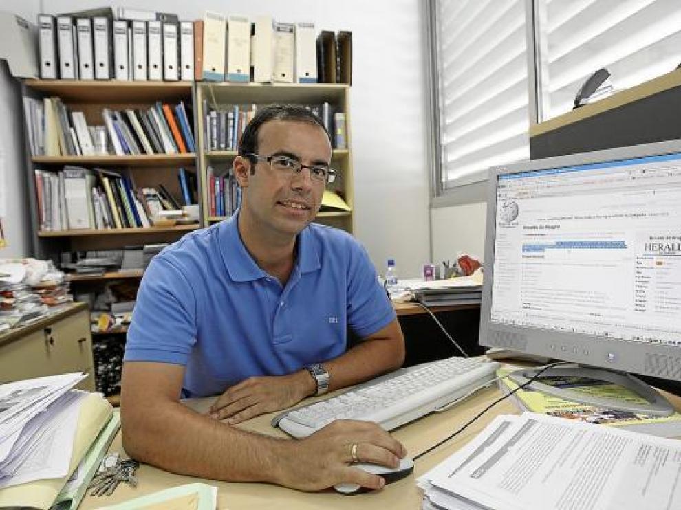 Juan Pablo Martínez-Cortés, editor de la Biquipedia, muestra el artículo sobre HERALDO DE ARAGÓN.