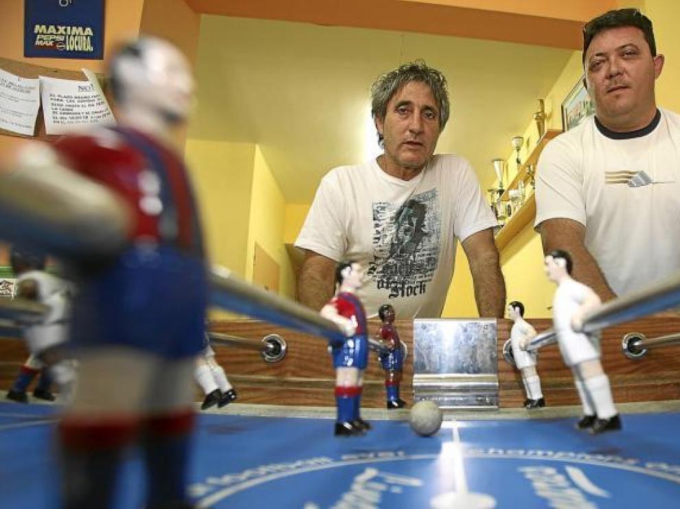 El alcalde, José Antonio Ramo, a la izquierda, con Miguel Ángel Pradas, dos organizadores del Campeonato de Futbolín de Villahermosa.