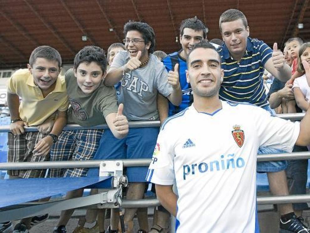 Said Boutahar rodeado de un grupo de seguidores.