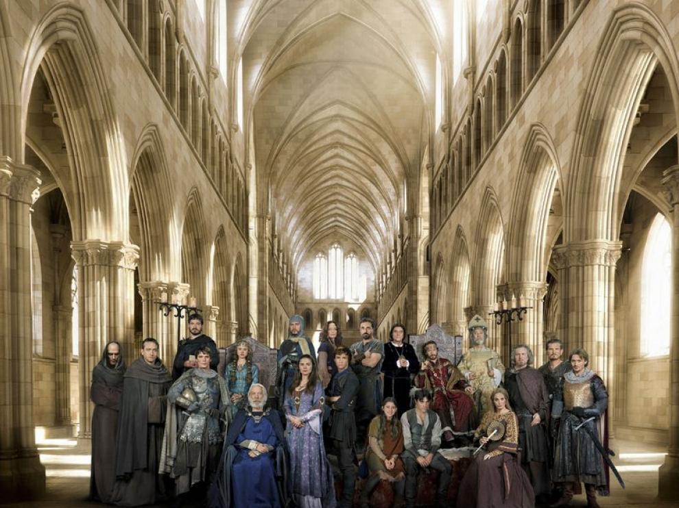 La construcción de una catedral, las traiciones, el amor, el odio y la venganza son el eje central de la serie.
