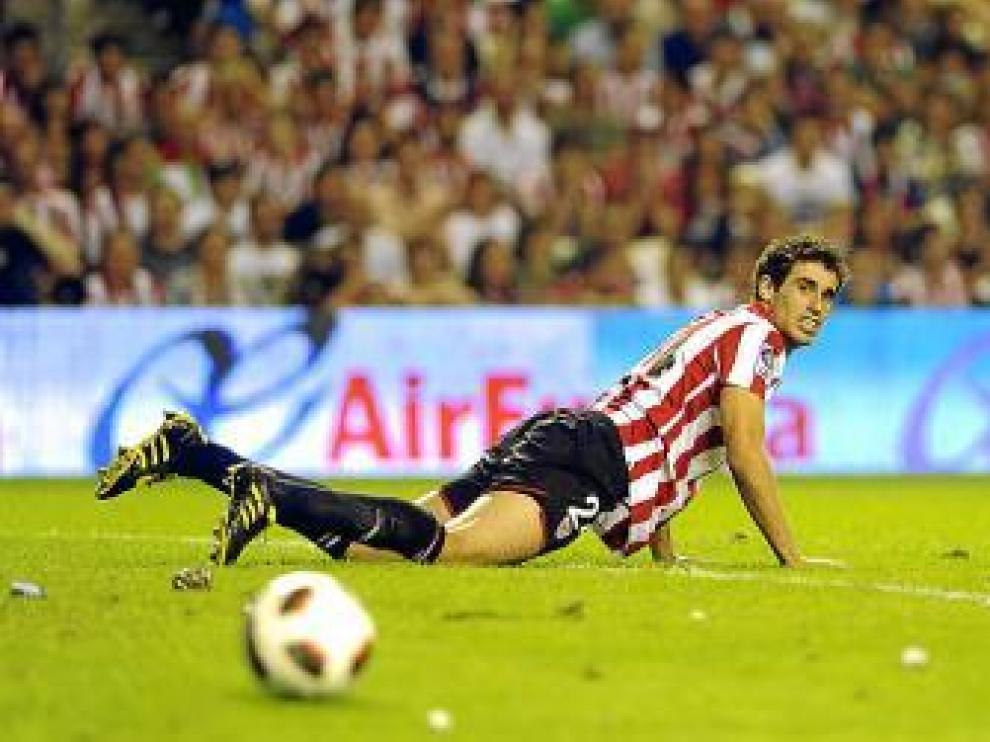 Javi Martínez mira el balón durante el partido contra el Atleti.