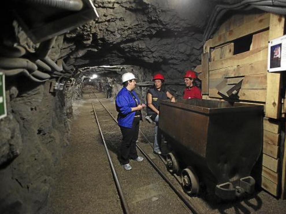 Las guías del Museo Minero de Escucha -abierto en una mina real- en una de las galerías.