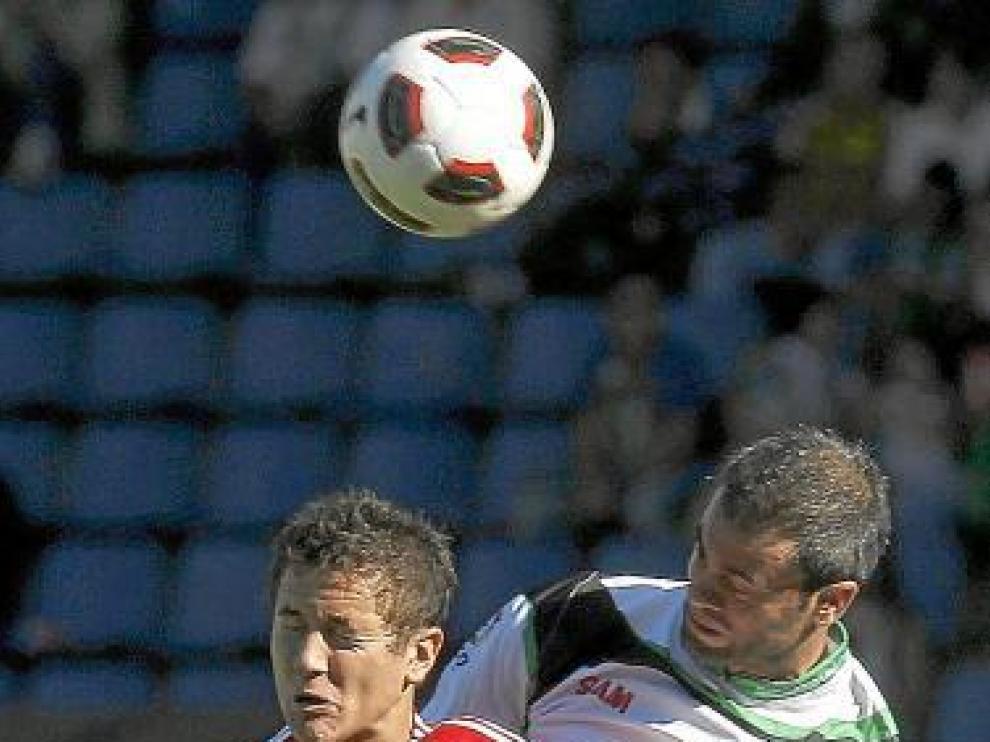 Ander Herrera salta junto a un defensor racinguista.