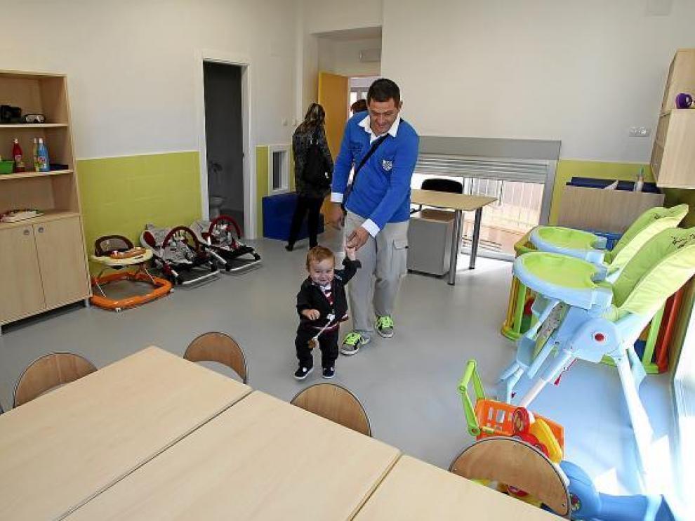 Padres y niños visitaron la escuela en una jornada de puertas abiertas.