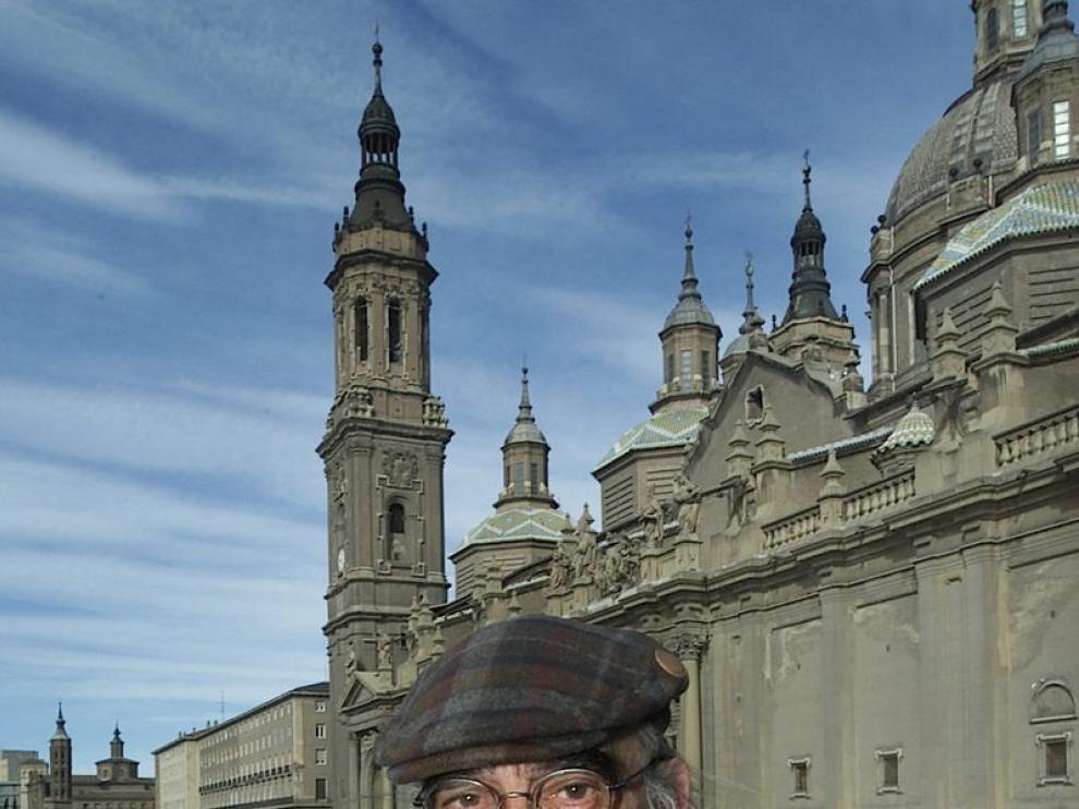 Labordeta, en la plaza del Pilar, en 2003.