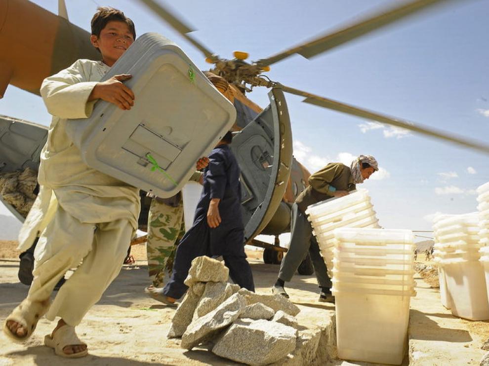 Foto de archivo de un helicóptero de la ISAF repartiendo ayuda humanitaria en Afganistán