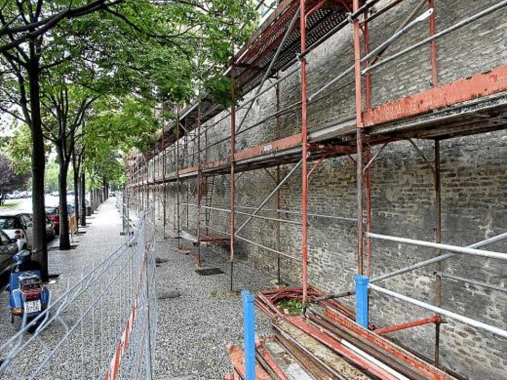 Vallado de la zona de rehabilitación de la muralla medieval, ayer por la tarde.