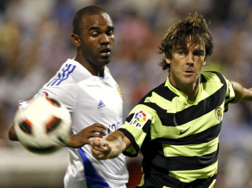 Sinama Pongolle pugna el balón con Abraham Paz durante el partido ante el Hércules