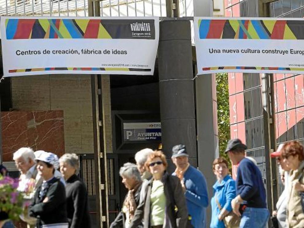 Carteles de la candidatura de Zaragoza 2016 en la plaza del Pilar de Zaragoza en 2011
