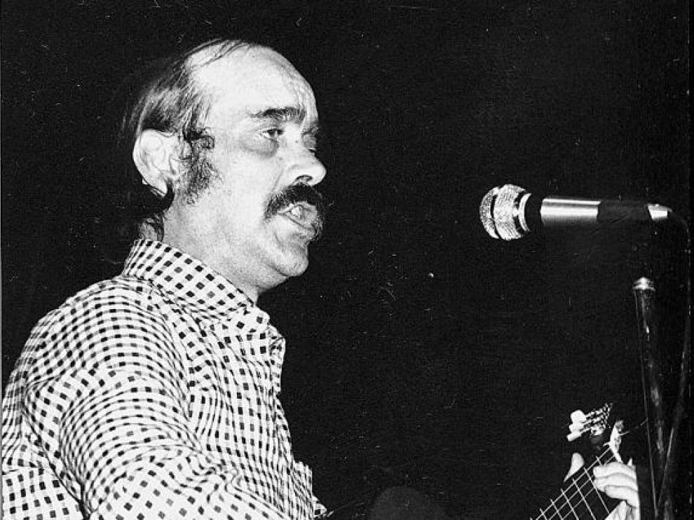 José Antonio Labordeta, en un concierto de 1975.
