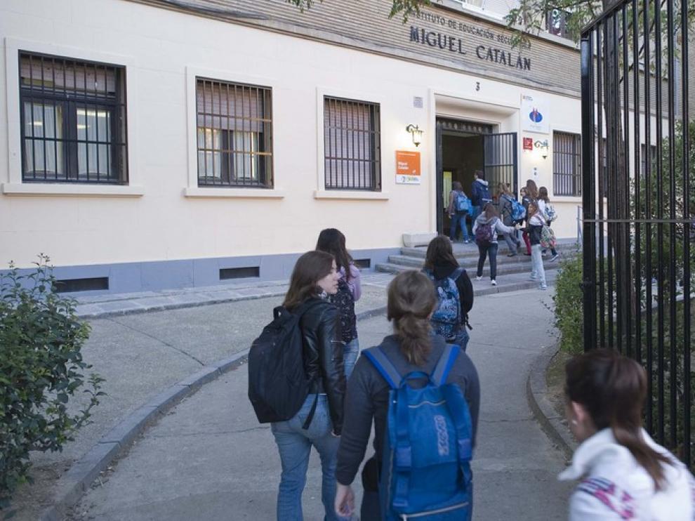 Estudiantes entrando al instituto Miguel Catalán, en Zaragoza