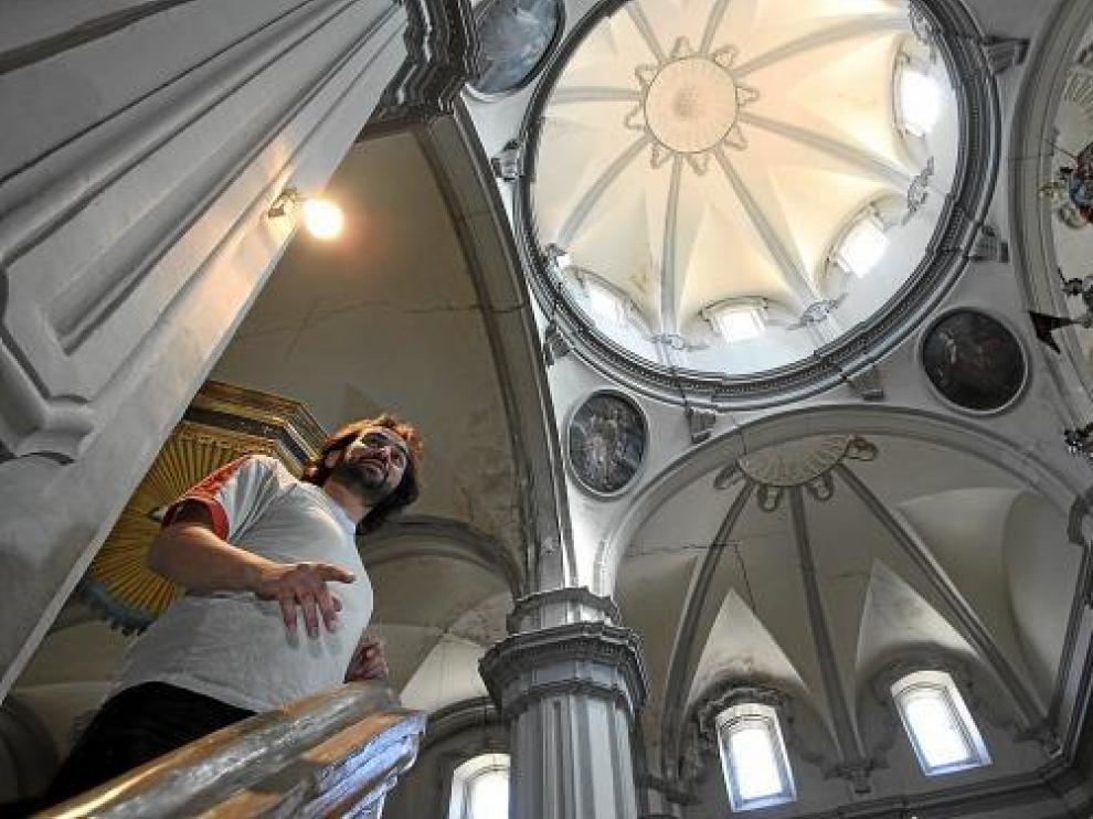 El sacerdote de Burbáguena, Héctor Abel, en la iglesia parroquial, con las bóvedas agrietadas.