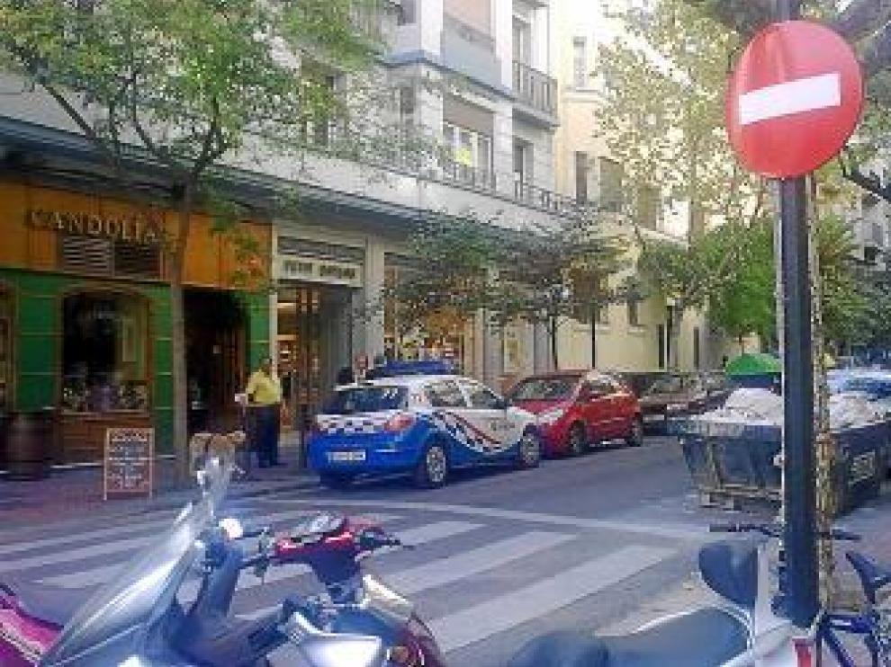 El coche patrulla, aparcado en dirección contraria en la calle de Zurita.