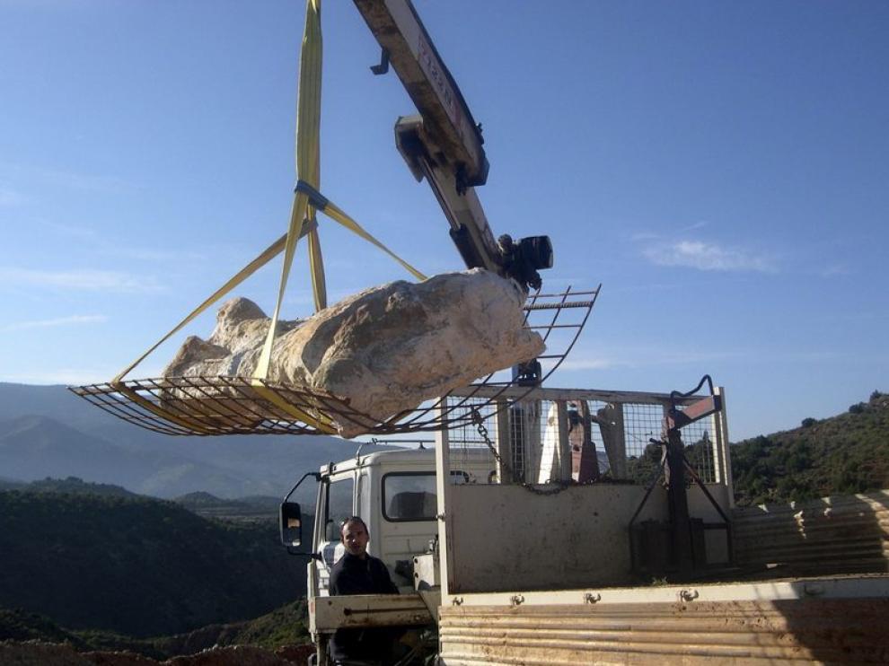 El fémur es trasladado a Dinópolis