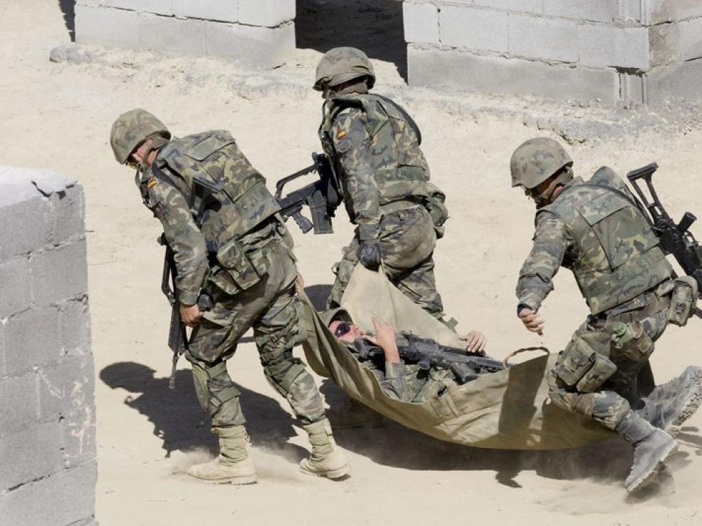 Unos soldados trasladan a un supuesto herido durante los ejercicios de adiestramiento