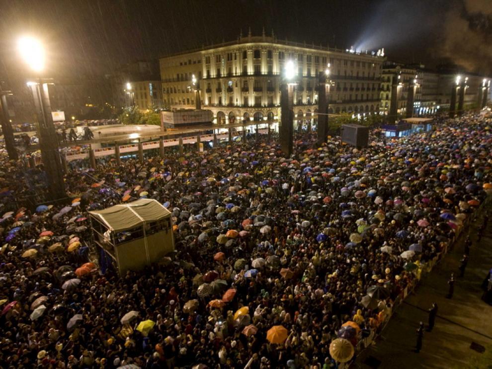 Multitudes en la plaza del Pilar para asistir al pregón
