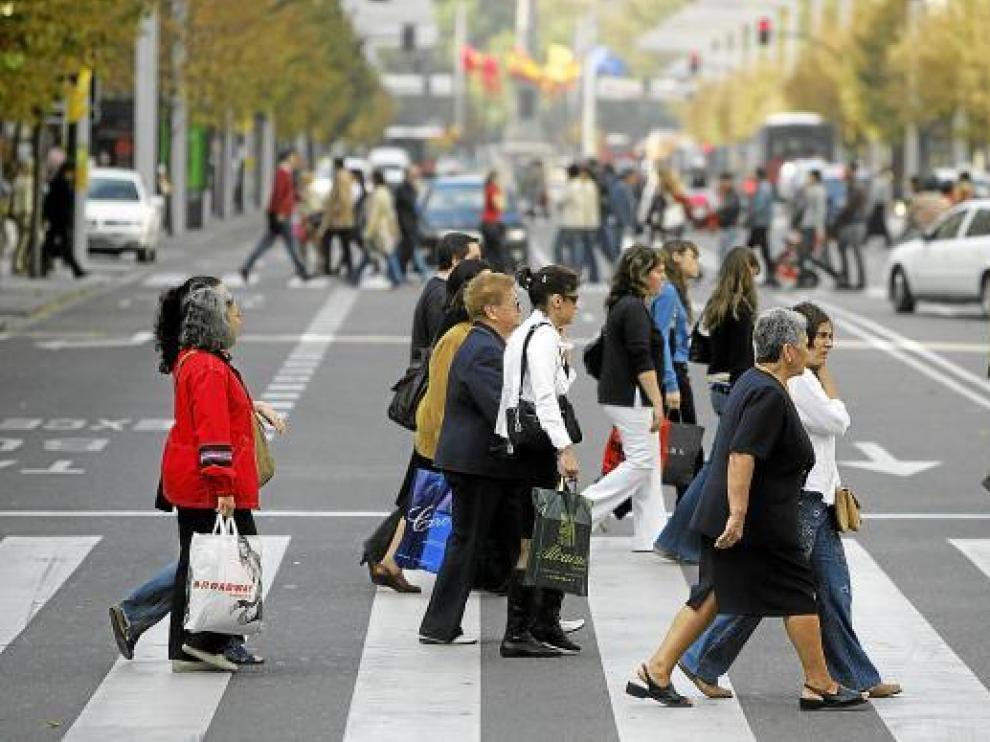 Ciudadanos paseando por el centro de Zaragoza