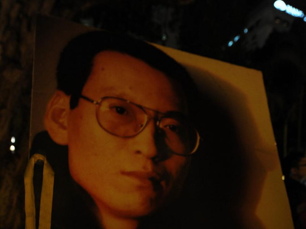Una vela colocada junto a una imagen del nobel de la Paz 2010 Liu Xiaobo