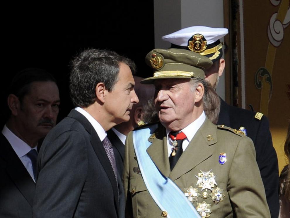 Rodríguez Zapatero conversa con el rey Juan Carlos I durante el desfile de las Fuerzas Armadas