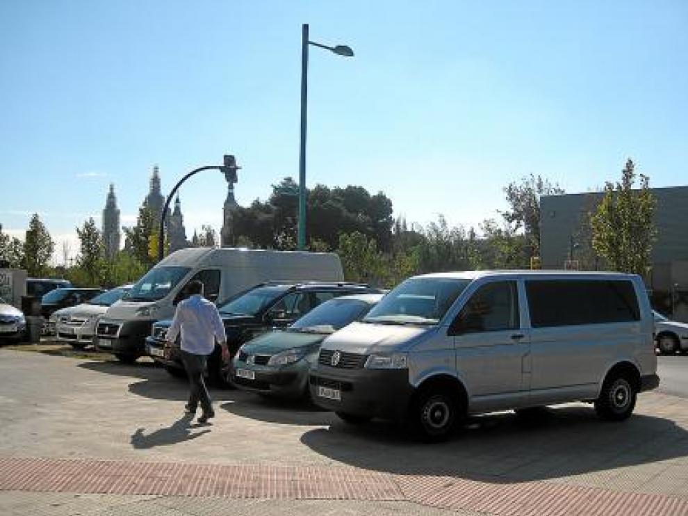 Automóviles aparcados en la zona del Actur, frente a Helios.
