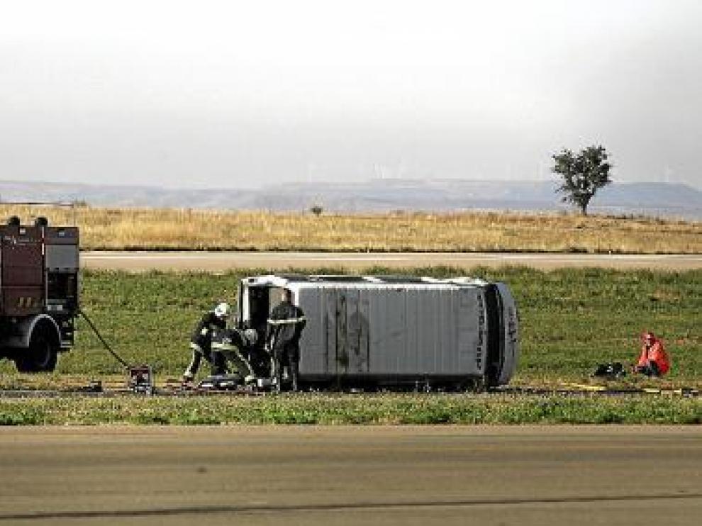 La furgoneta que simulaba el avión quedó volcada en la pista.
