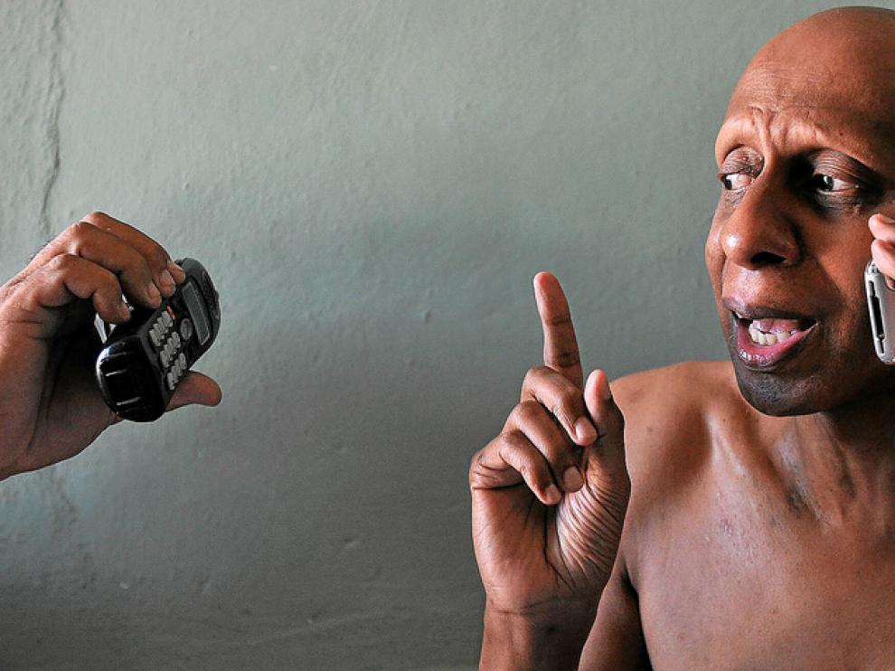 El opositor cubano Guillermo Fariñas conversa con la prensa por teléfono, ayer, en su casa de Santa Clara (Cuba).