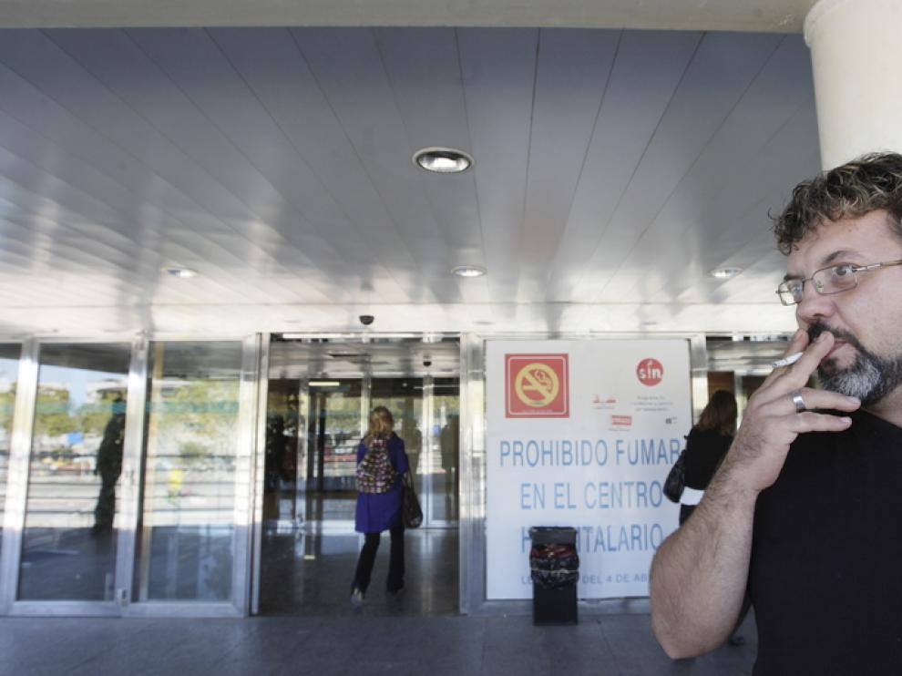 Un fumador en la puerta del hospital Miguel Servet