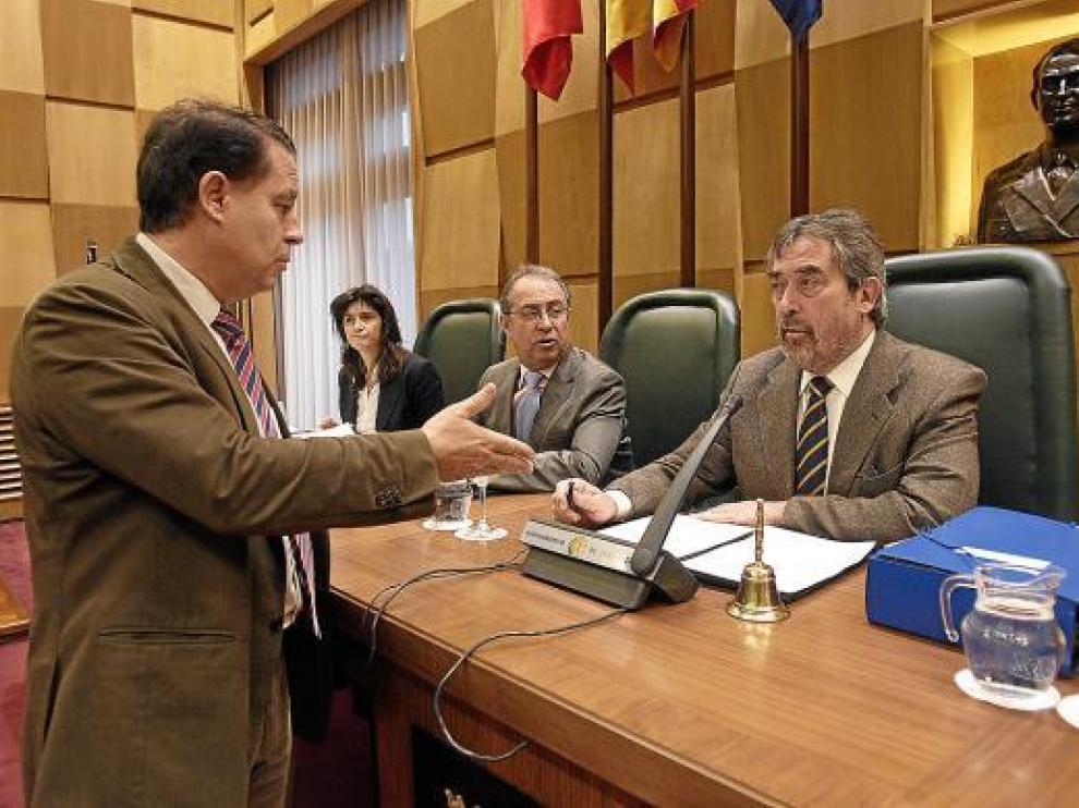 Jerónimo Blasco, a la izquierda, conversa con el alcalde Belloch en un pleno municipal.