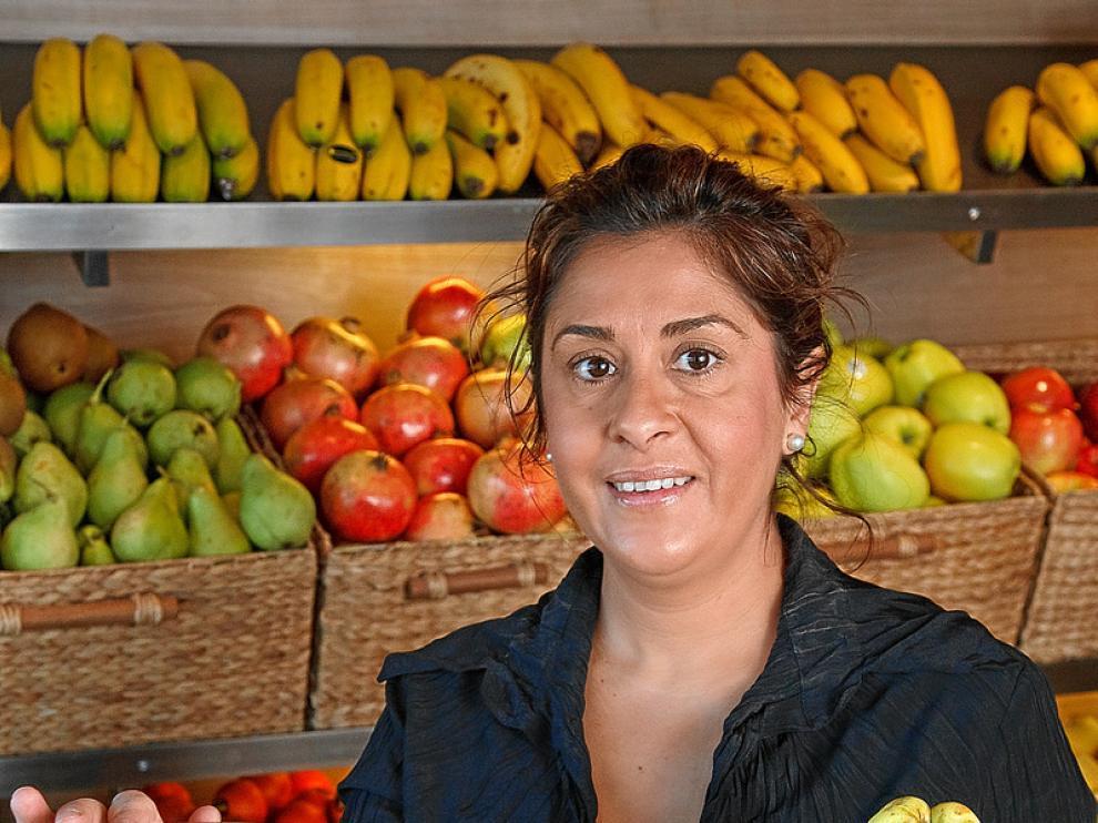 Ana Cameo, de Frutas Cameo, muestra los membrillos que vende en su tienda.