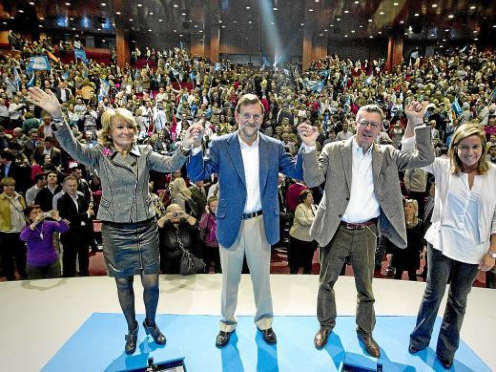 Mariano Rajoy, junto a Esperanza Aguirre, Alberto Ruiz-Gallardón y Ana Mato, ayer en Madrid.