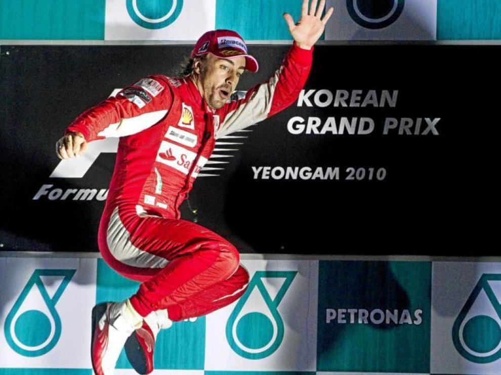 Fernando Alonso salta exultante en el podio de Corea.