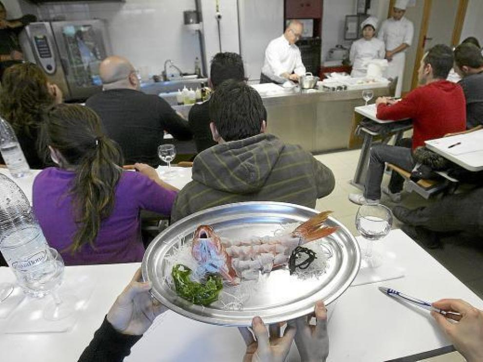 Ricardo Sanz, al fondo, demostró una gran destreza con los cuchillos para presentar los platos.