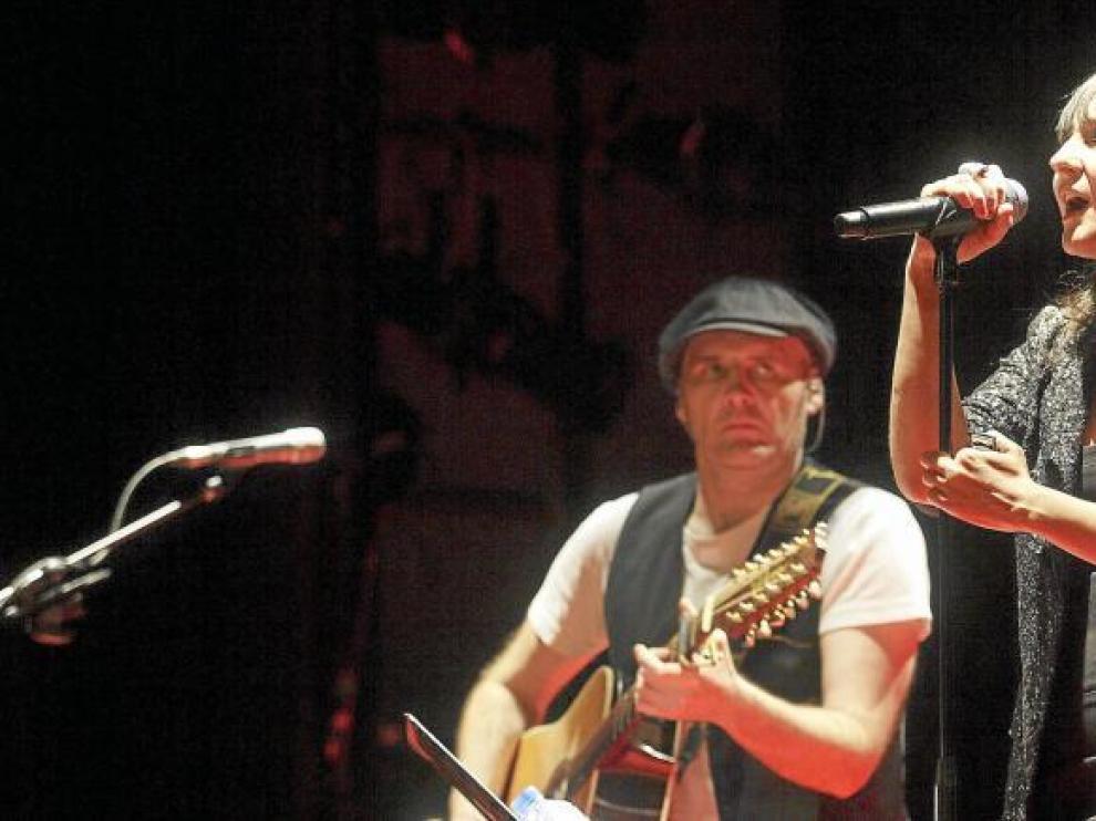 Juan Aguirre y Eva Amaral, en un concierto en el Teatro Principal de Zaragoza.