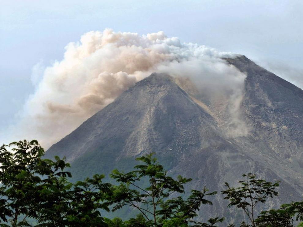 El volcán Merapi erupcionando, emanando humo y ceniza