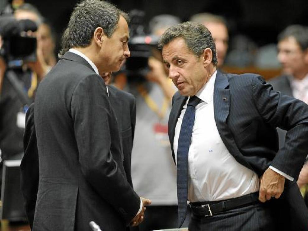 José Luis Rodríguez Zapatero charla con Nicolas Sarkozy, en un receso de la cumbre, ayer.