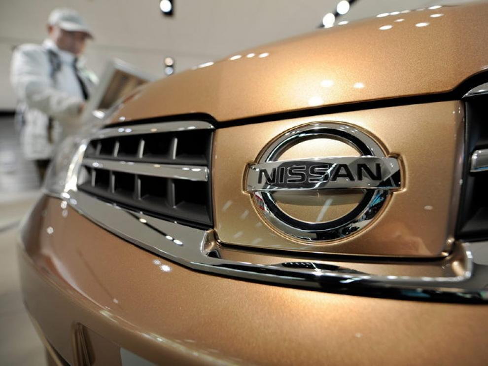 El logo de un Nissan en un concesionario