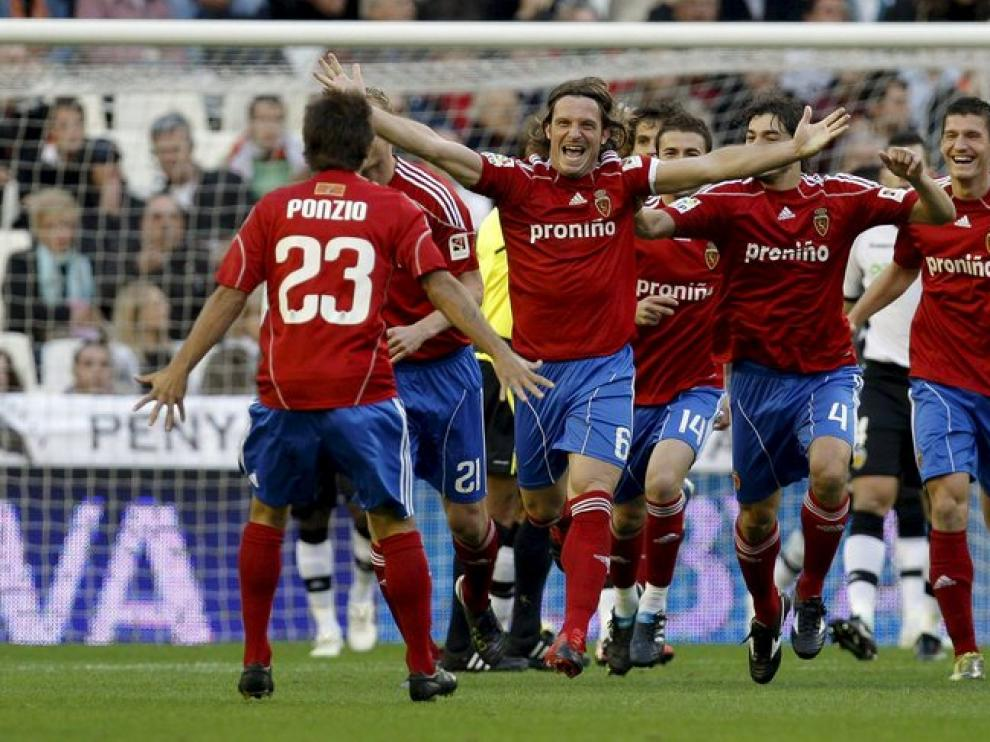 Los jugadores del Real Zaragoza celebran un gol en un partido contra el Valencia