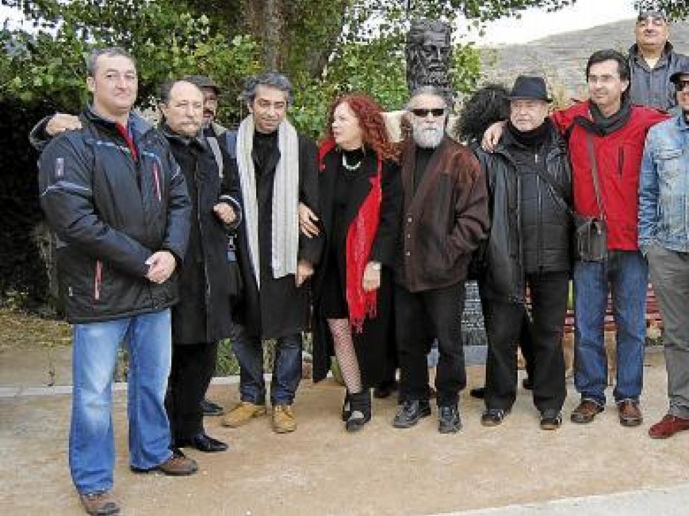 Poetas, artistas, autoridades y organizadores, ante el busto del dios Lug, erigido ayer en Litago.