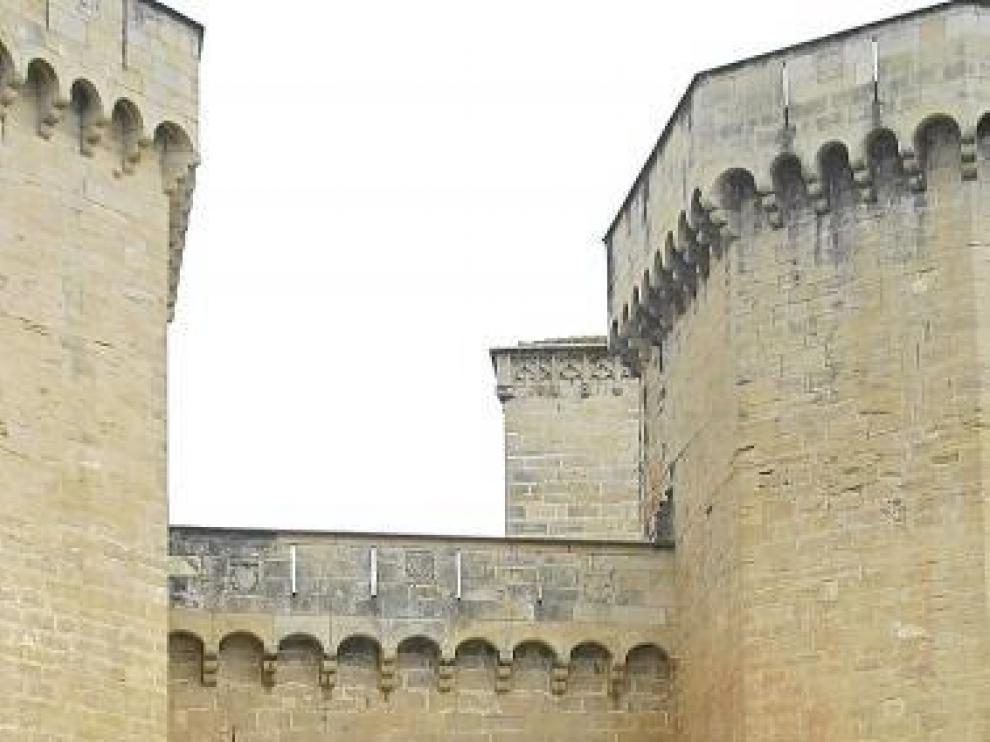 Puigcercós y otros cargos políticos, ante el monasterio de Poblet.