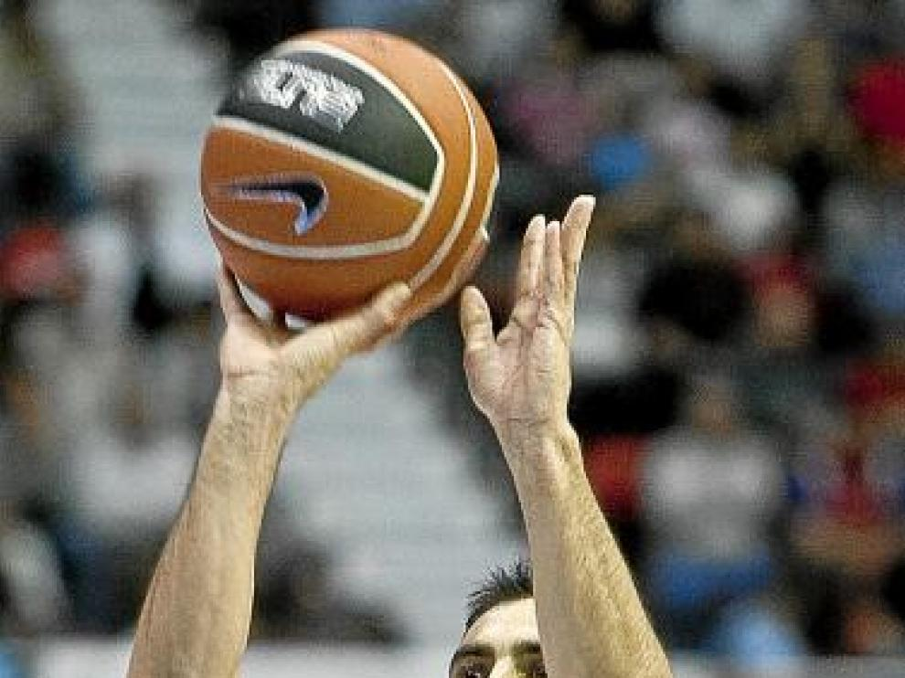 Quinteros realiza un lanzamiento durante un partido.