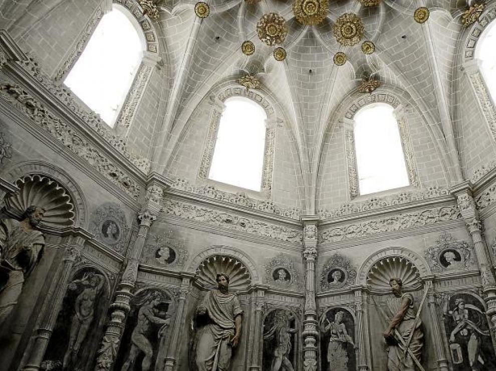 En el interior de la catedral se ha recuperado la decoración mural original, que en algunos casos comparte espacio con esculturas.